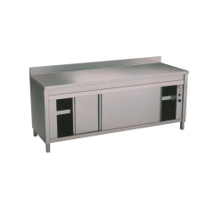 Table adossée sur armoire chauffante